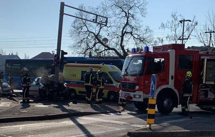 Užas na Aleji Bologne: Auto je smrskan, zabio se u semafor...