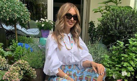 Idealna kombinacija za početak ljeta: Raskošna plisirana suknja plus bijela bluza s puf rukavima