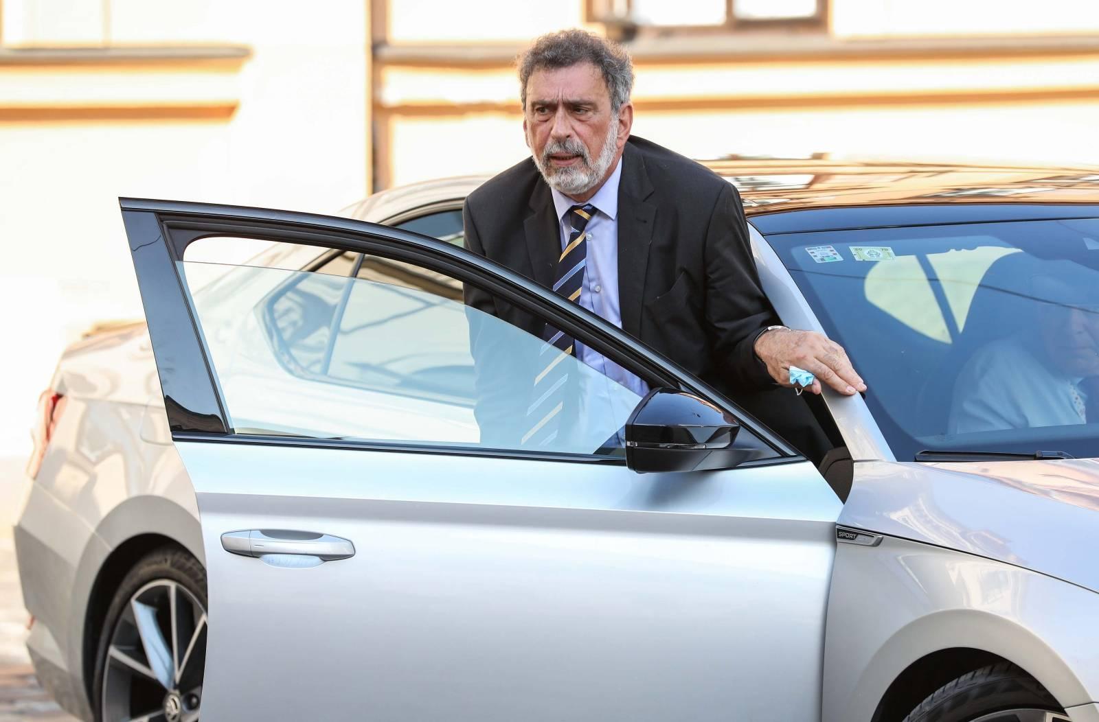 Zagreb: Ministar Radovan Fuchs dolazi na sjednicu Vlade