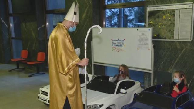 Sveti Nikola razveselio malene pacijente poklonima i pjesmom: Na preglede mogu ići autićima!