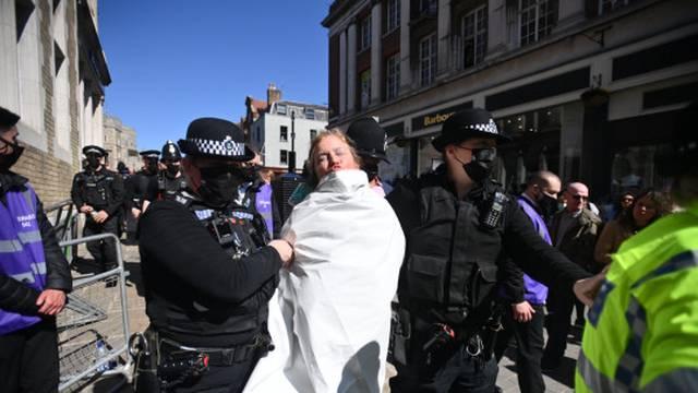 VIDEO Žena tijekom sprovoda princa Philipa protestirala u toplesu, odvela ju je policija...