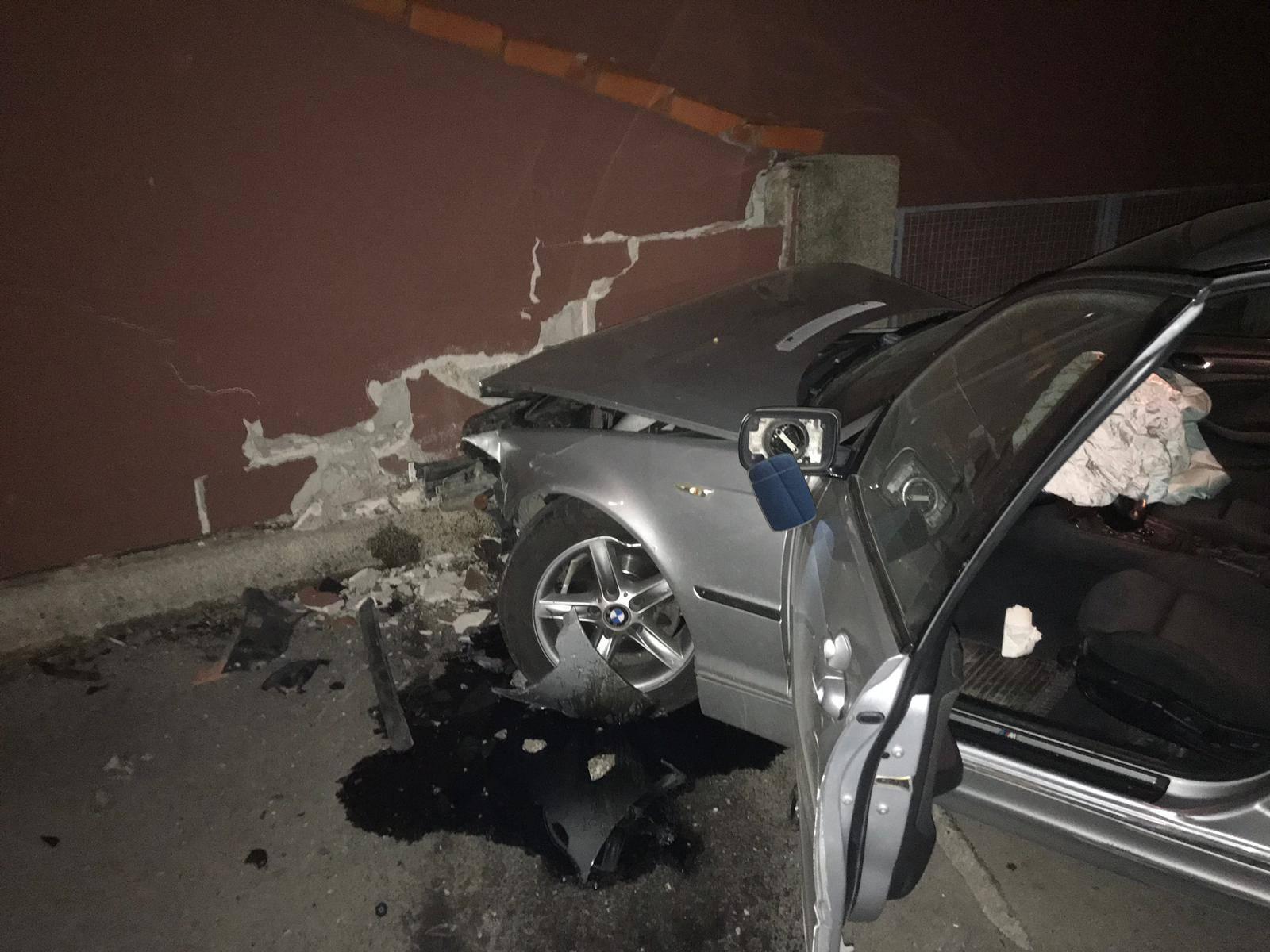 BMW-om se zabio u obiteljsku kuću i potpuno smrskao auto