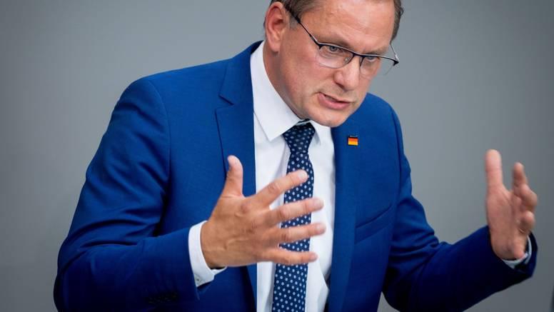 Čelnik krajnje njemačke desnice žali se na manjak kulture. Nije znao reći 5 njemačkih pjesama