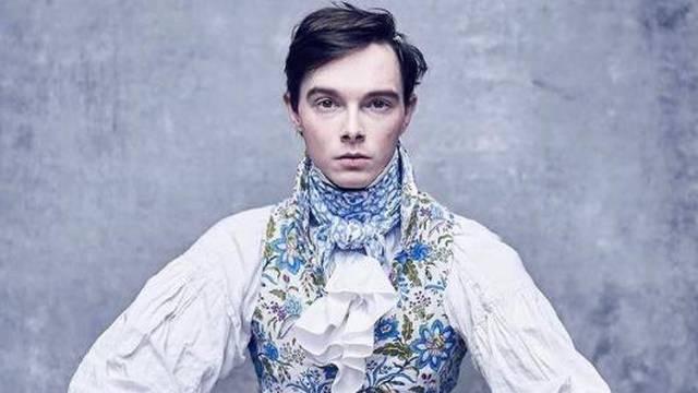S 14 odbacio normalnu odjeću i nosi samo povijesne kostime