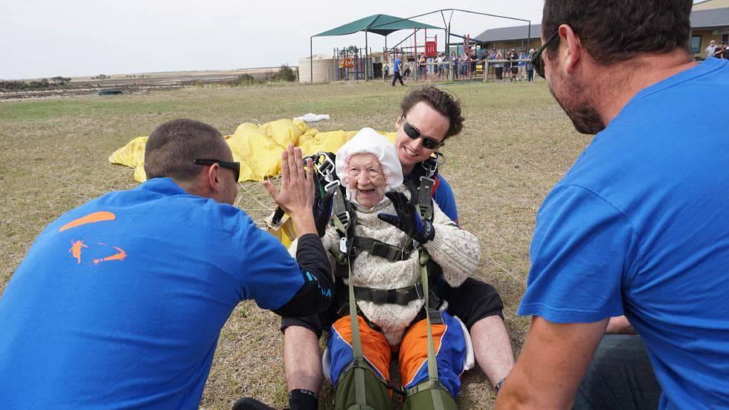 Irene (102) oborila rekord: Iz aviona skočila sa 4200 metara