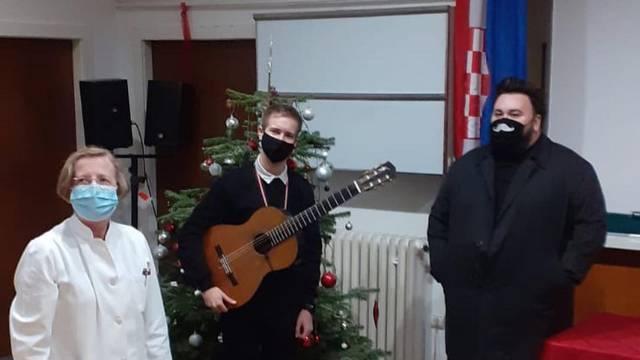 Houdek je zapjevao u Klinici za infektivne bolesti pa je pozirao s Markotić: Čuvajmo jedni druge