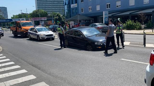 Vukovarska ulica u Zagrebu: Auto pao u rupetinu na cesti!