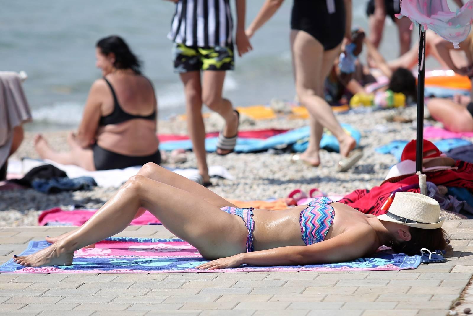 Plaže u Vodicama pune su kupača koji uživaju u sunčanom i toplom danu