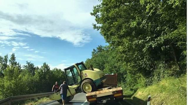 Valjak pao s prikolice, cesta je bila blokirana oko sat vremena