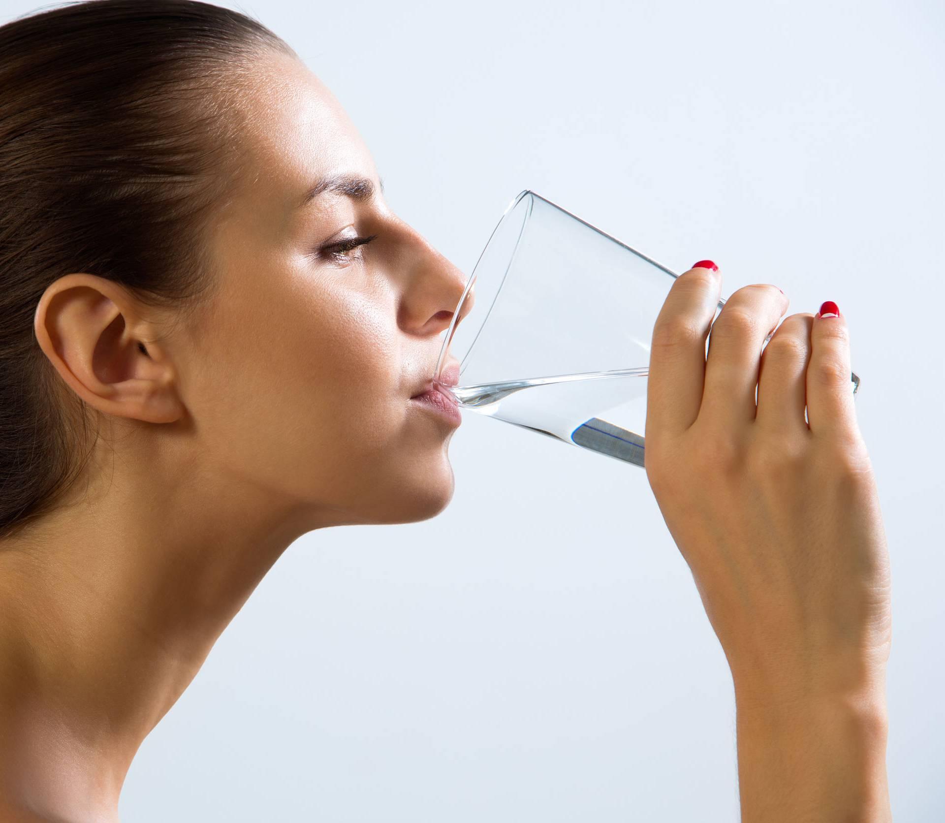 Čaša tople vode pomaže kod probave, mršavljenja i prehlade