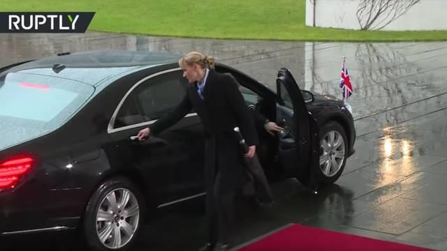 May ostala zarobljena u autu, Merkel morala strpljivo čekati