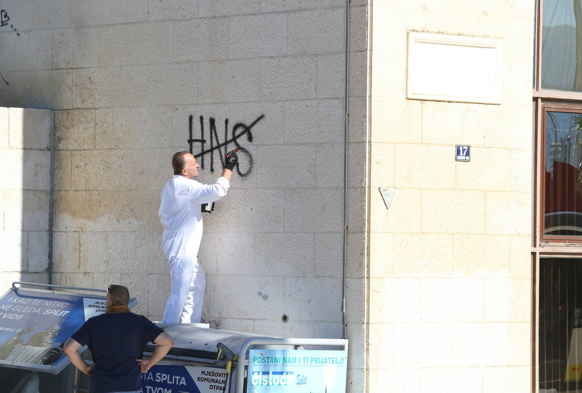 Split: Uklanjaju se grafiti koji su osvanuli na zgradi Gradskog poglavarstva