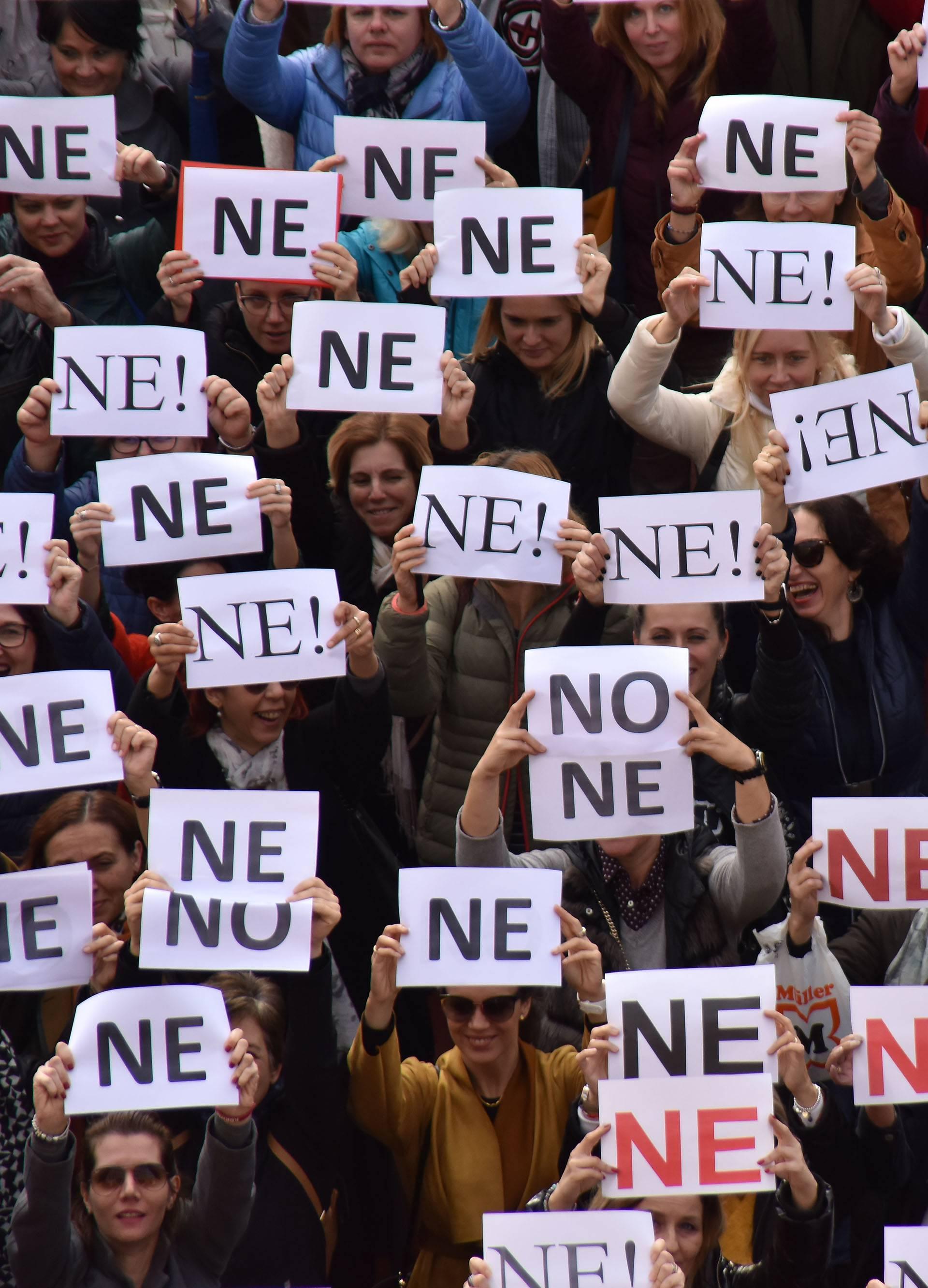 Pula: Nastavnici štrajkaši snimaju milenijsku fotografiju u obliku slova ne