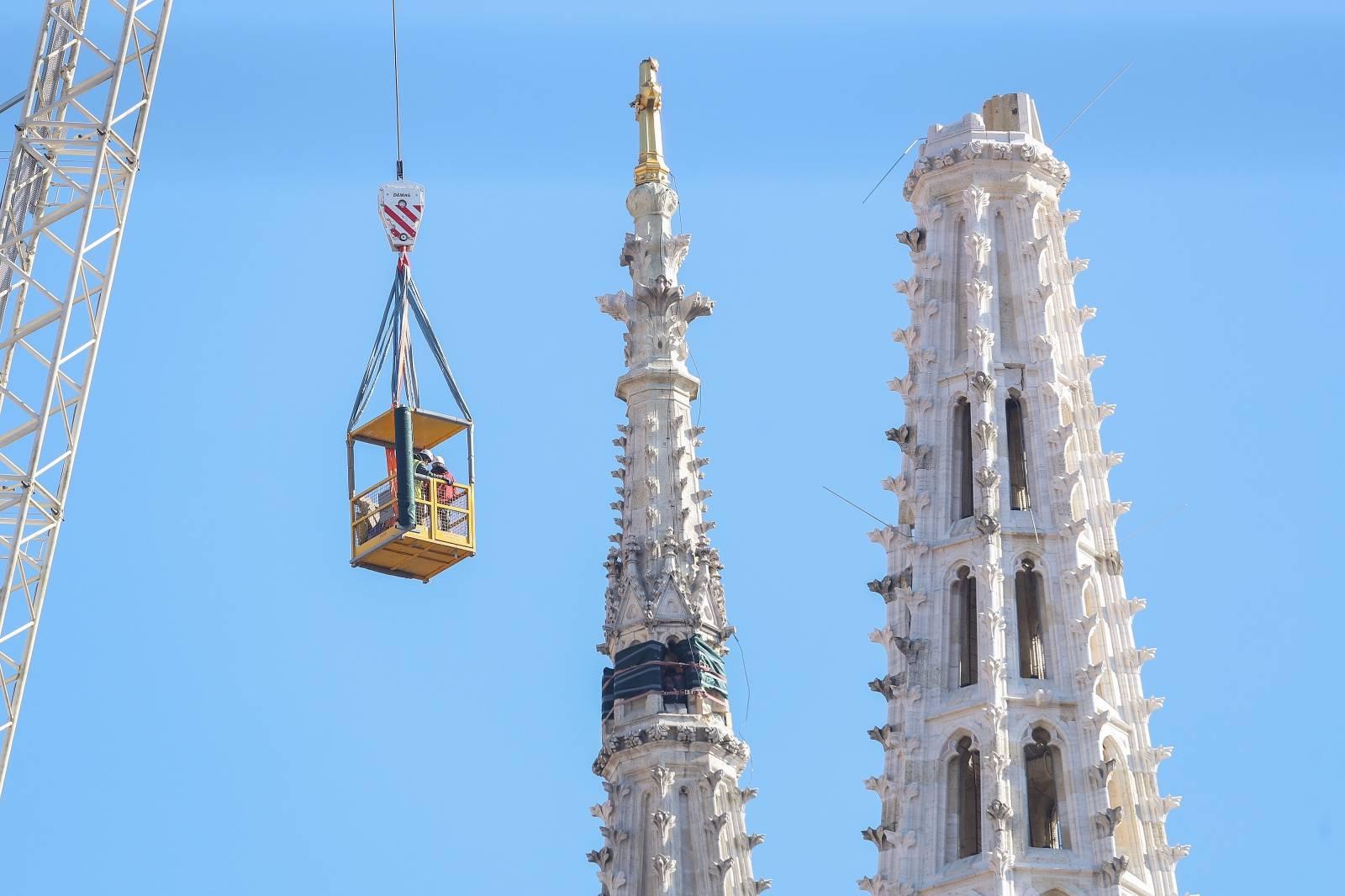 Zagreb: Počelo zamatanje gornjeg dijela sjevernog tornja katedrale
