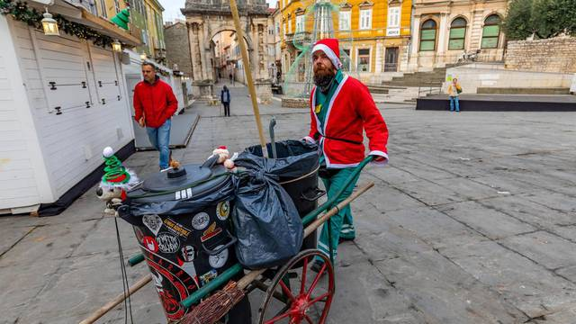 Pula: Čistač ulica odjeven u Djeda Božićnjaka razveselio prolaznike