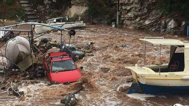 Jaka oluja: U Salima odnijelo dijelove ceste, poplavilo konobe