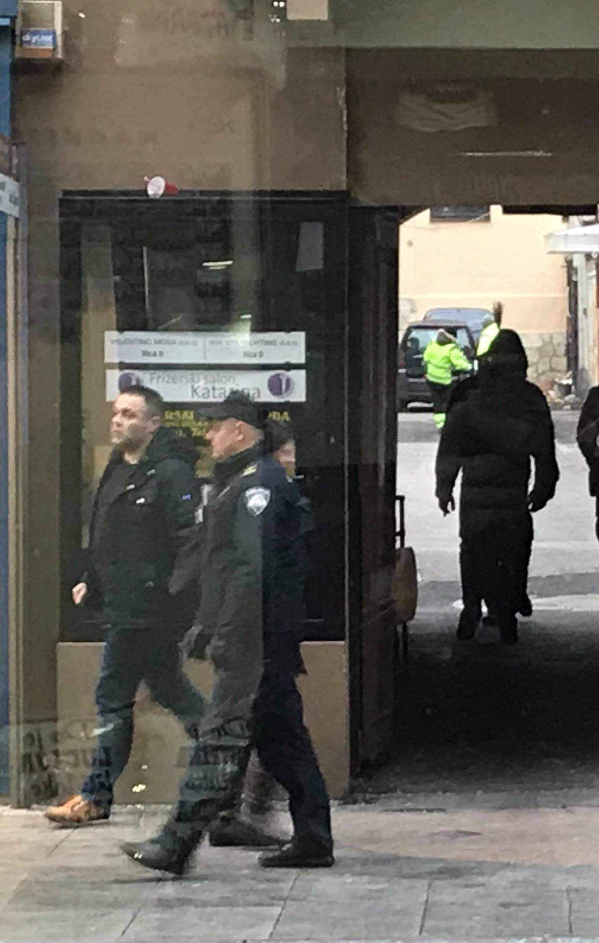 Muškarci se potukli kod kafića, policija ih okružila te privela