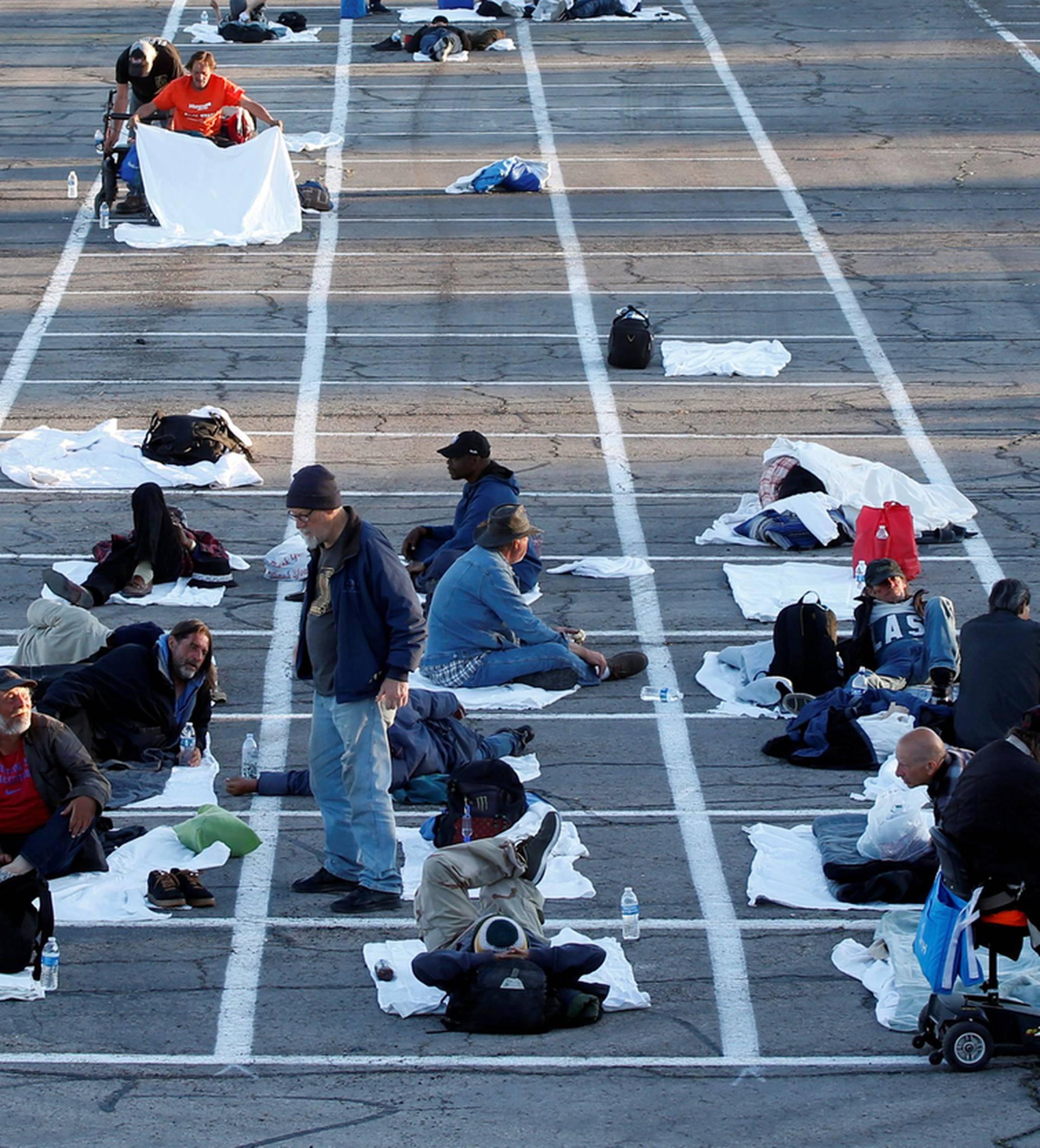 Beskućnike na parkiralištu drže u nacrtanim pravokutnicima!