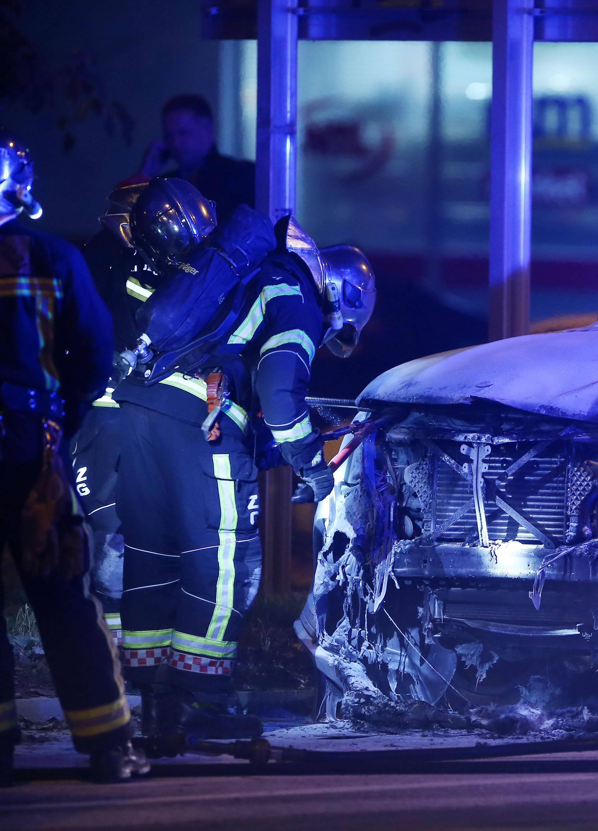 Zagreb: Na križanju Rugvičke i Prisavlja zapaljen Mercedes