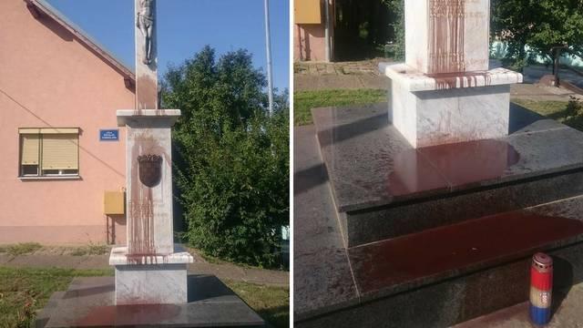 Spomen križ braniteljima u Lovasu zalili su crvenom bojom