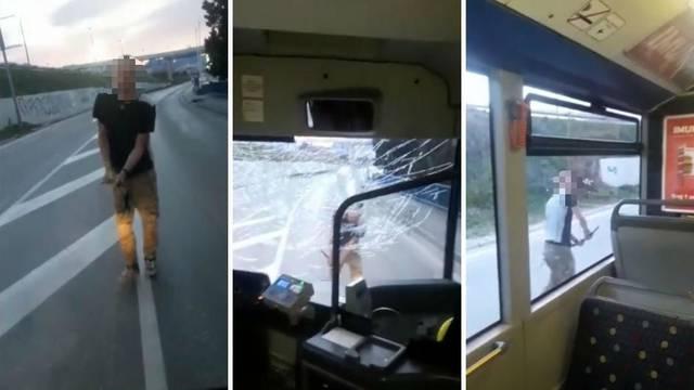 Stao je ispred busa i porazbijao ga dok su putnici bili unutra