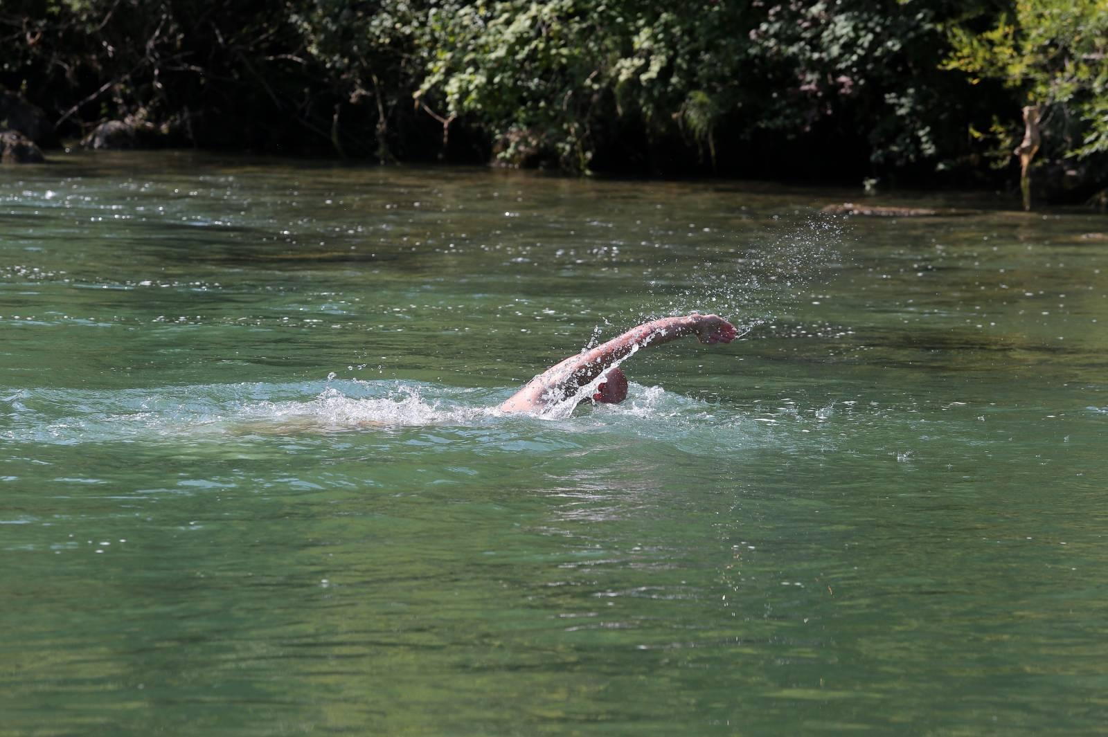 Brod na Kupi: Kupači hrabro na kupanju u rijeci Kupi na 14 stupnjeva