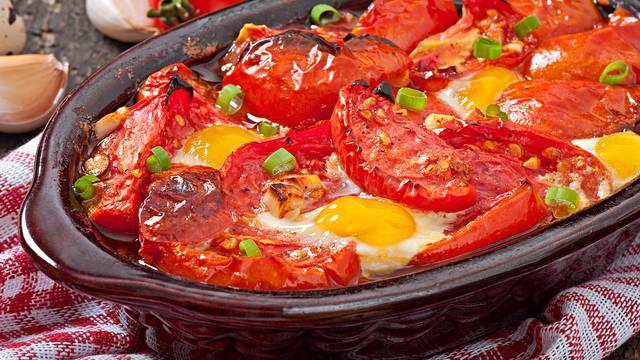 Zapečene rajčice s jajima i češnjakom