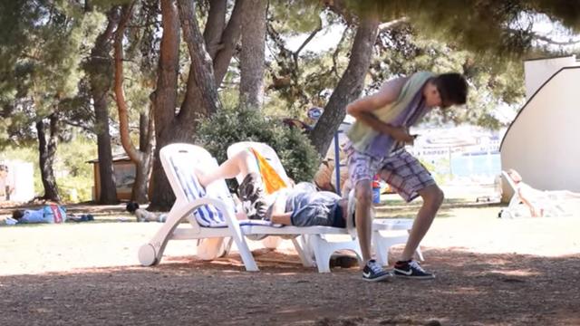 """Turisti zgroženi: Išao po plaži i """"prdio"""" po svima koji su prošli"""