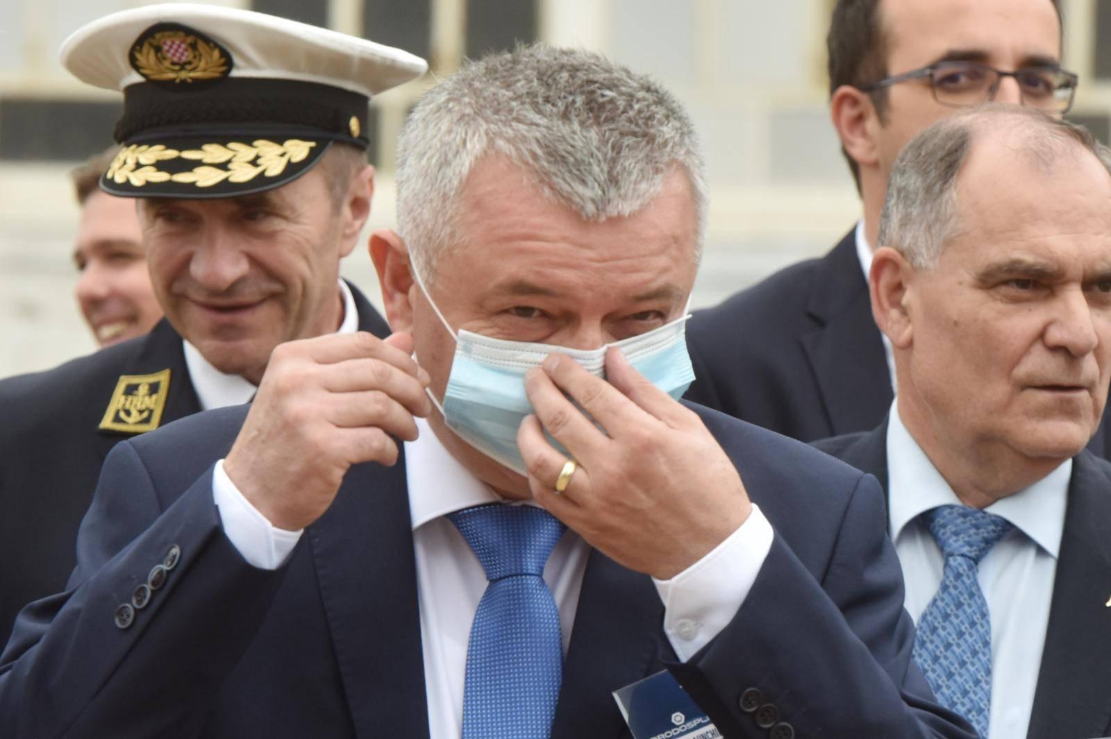 Split: Mijnistar Horvat imao je malih problema sa stavljanjem zaštitne maske