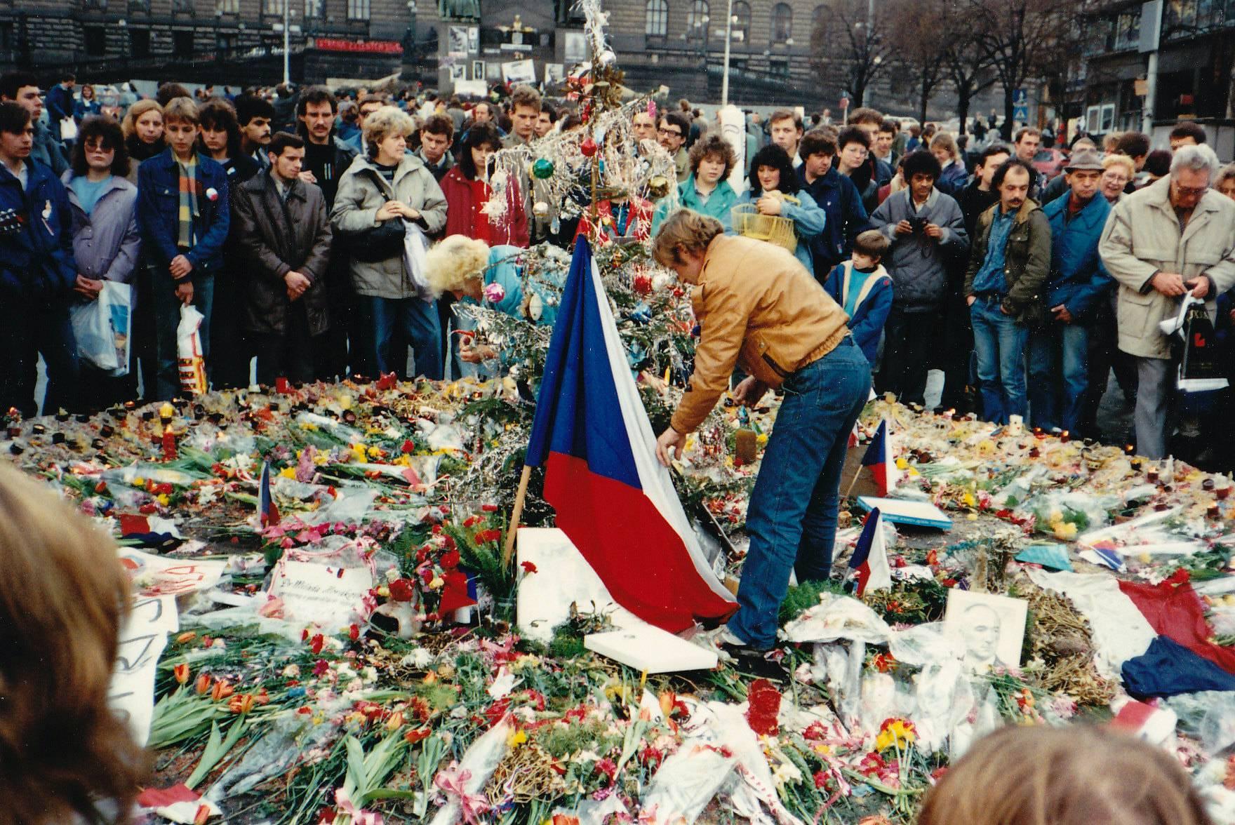 Pad komunizma: Česi i Slovaci razišli su se nenasilno i mirno