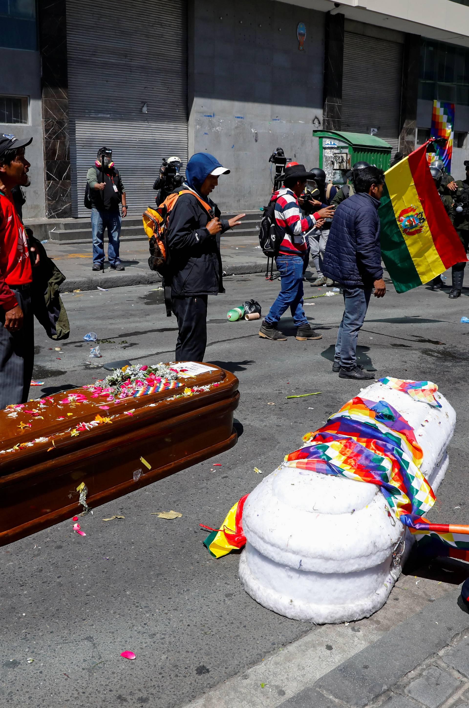 Kaos u Boliviji: Bacali lijesove nakon suzavca i batinjanja...