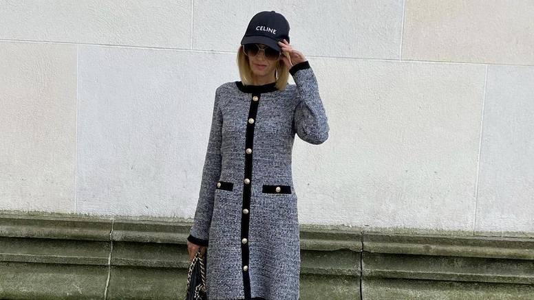Klasičan retro kaput od buklea uz finu torbicu i crnu šiltericu