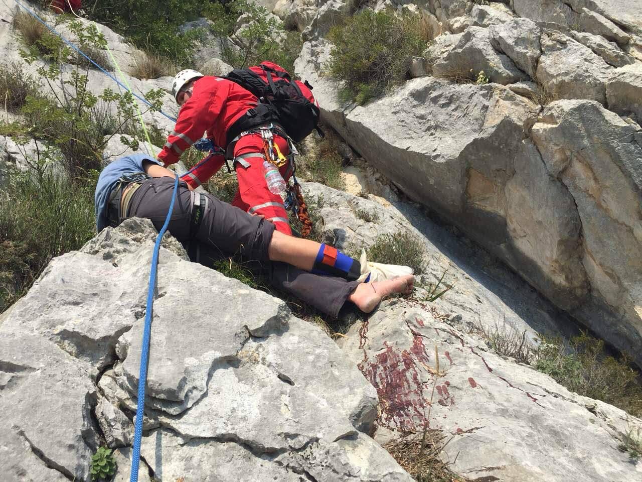 'Planinar je visio na okomitoj stijeni na užetu svog kolege...'