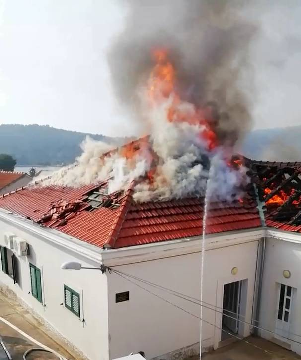 Požar 'gutao' ambulantu na Kapriju, vatrogasci idu na otok
