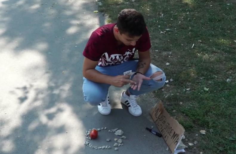 Leo (19) proveo dan bez novca: Skupljao sam sitniš iz fontane