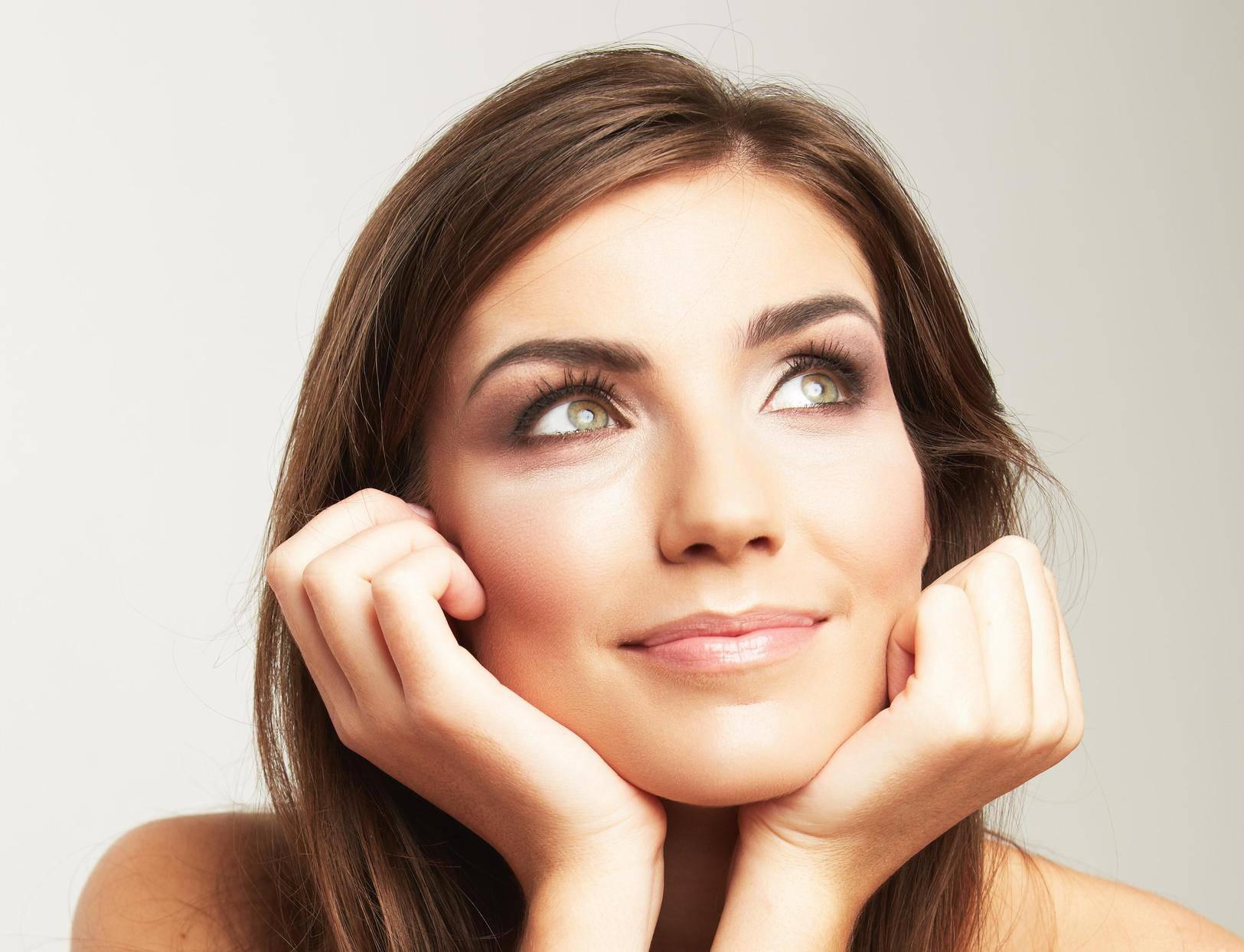 Korištenje dnevne kreme na području oko očiju: Neki sastojci mogu iritirati osjetljivi dio lica