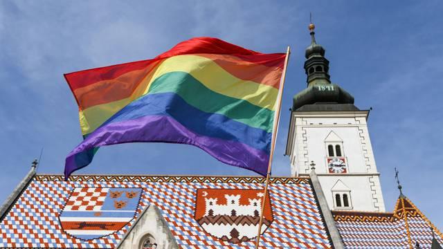 Zagreb: Sudionici Povorke ponosa okupljaju se na Trgu svetog Marka