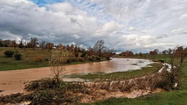 Iz poplavljene kuće kod Umaga spasili ženu, štete još zbrajaju