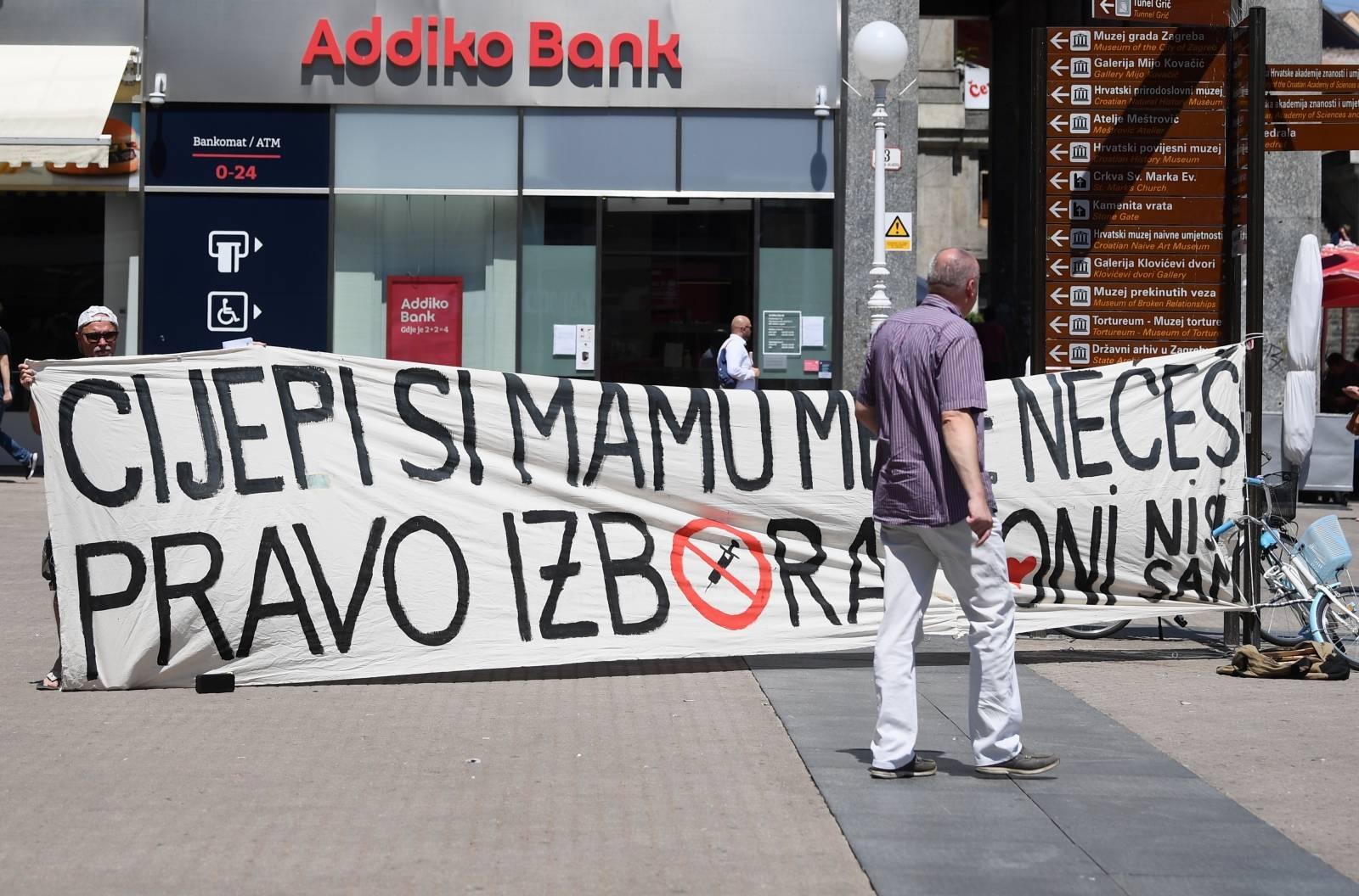 """Zagreb: Prosvjednik natpisom """"Cijepi si mamu, mene nećeš"""" jasno izrazio svoj stav"""
