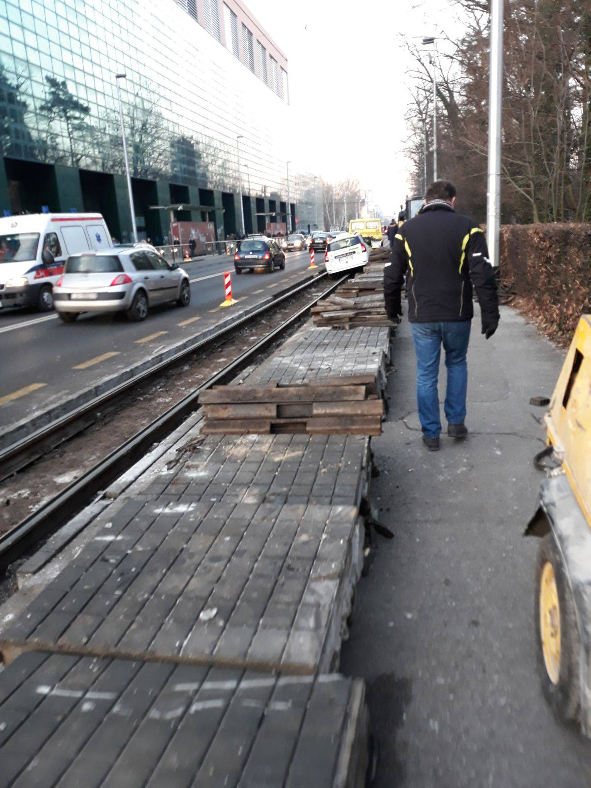 Zastoj tramvaja, taxi upao u tračnice