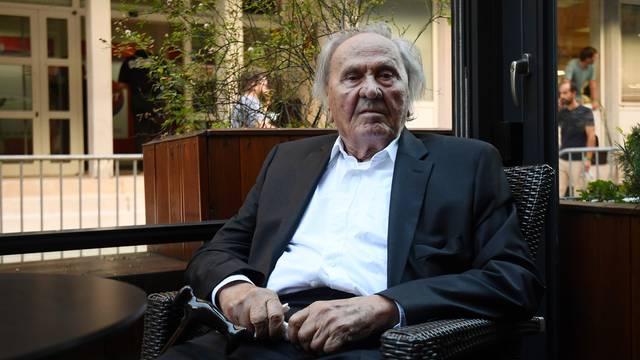 Josip Manolić na kavi ispred središnjice SDP-a