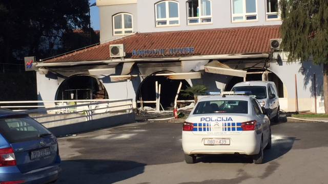 Bankomat u Poreču su u zrak dignuli plinom, zapalili i auto