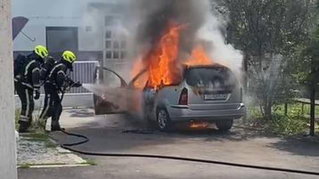 Snimka iz Sesveta: Auto mu se zapalio, izašao je na vrijeme...