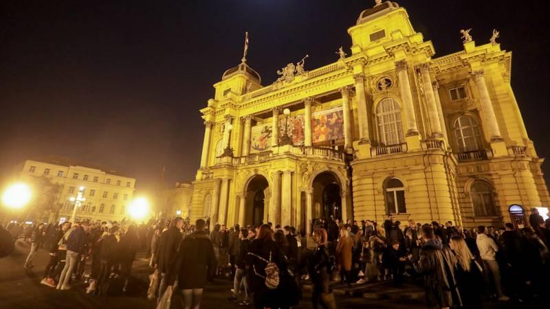 Hrpa mladih okupila se ispred HNK: Zabava uz glazbu i alkohol