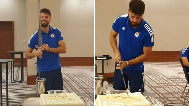 Petko samuraj: Dobio tortu za rođendan, izrezao ju mačem!