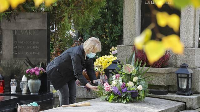 Zagreb: Građani uređuju grobove najmilijih uoči blagdana Svih svetih