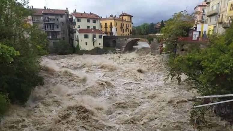 Poplave u Francuskoj i Italiji: Najmanje dvoje mrtvih, uništene brojne ceste i domovi