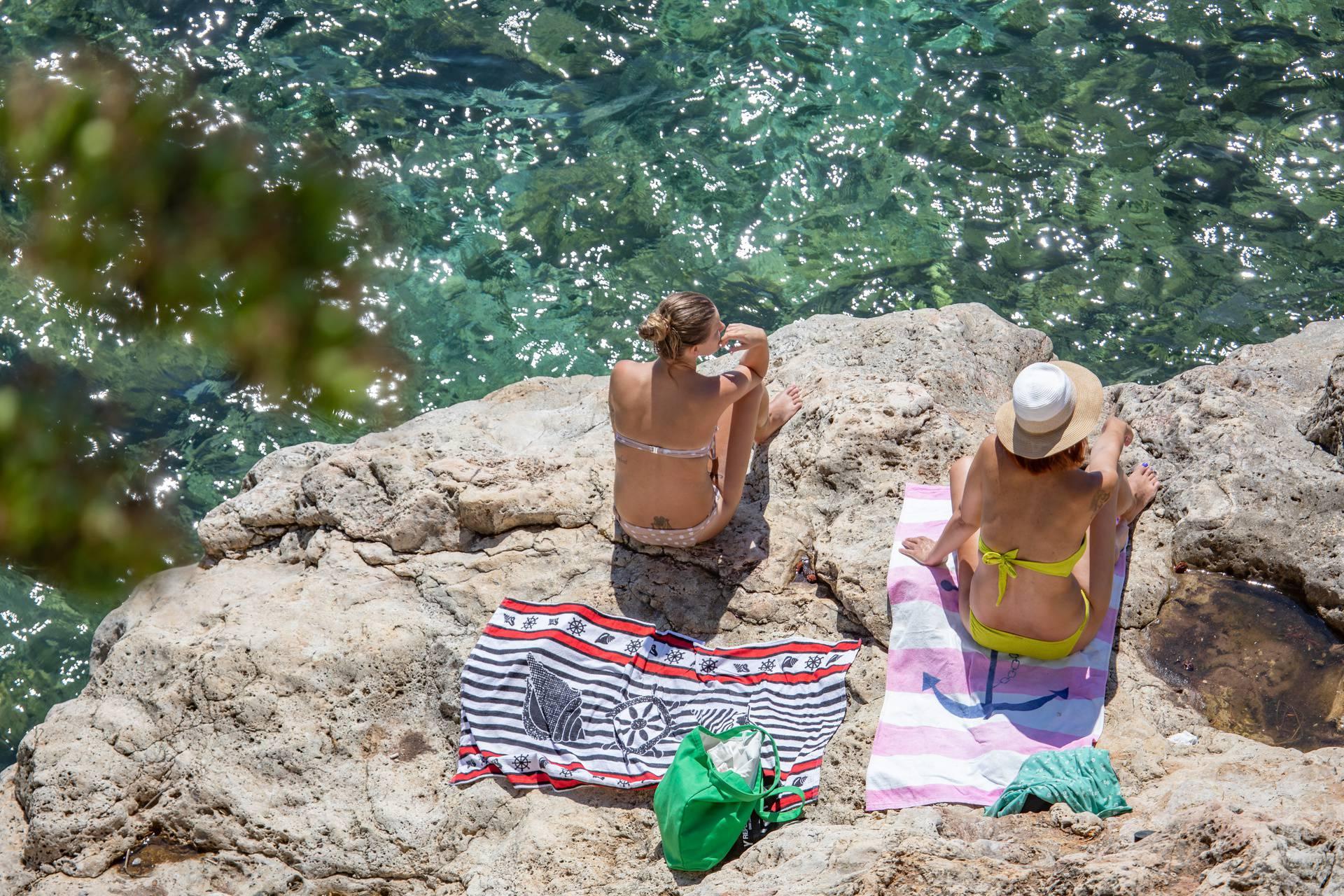 Dubrovnik: Plaža Banje je puna posjetitelja koji uživaju u moru