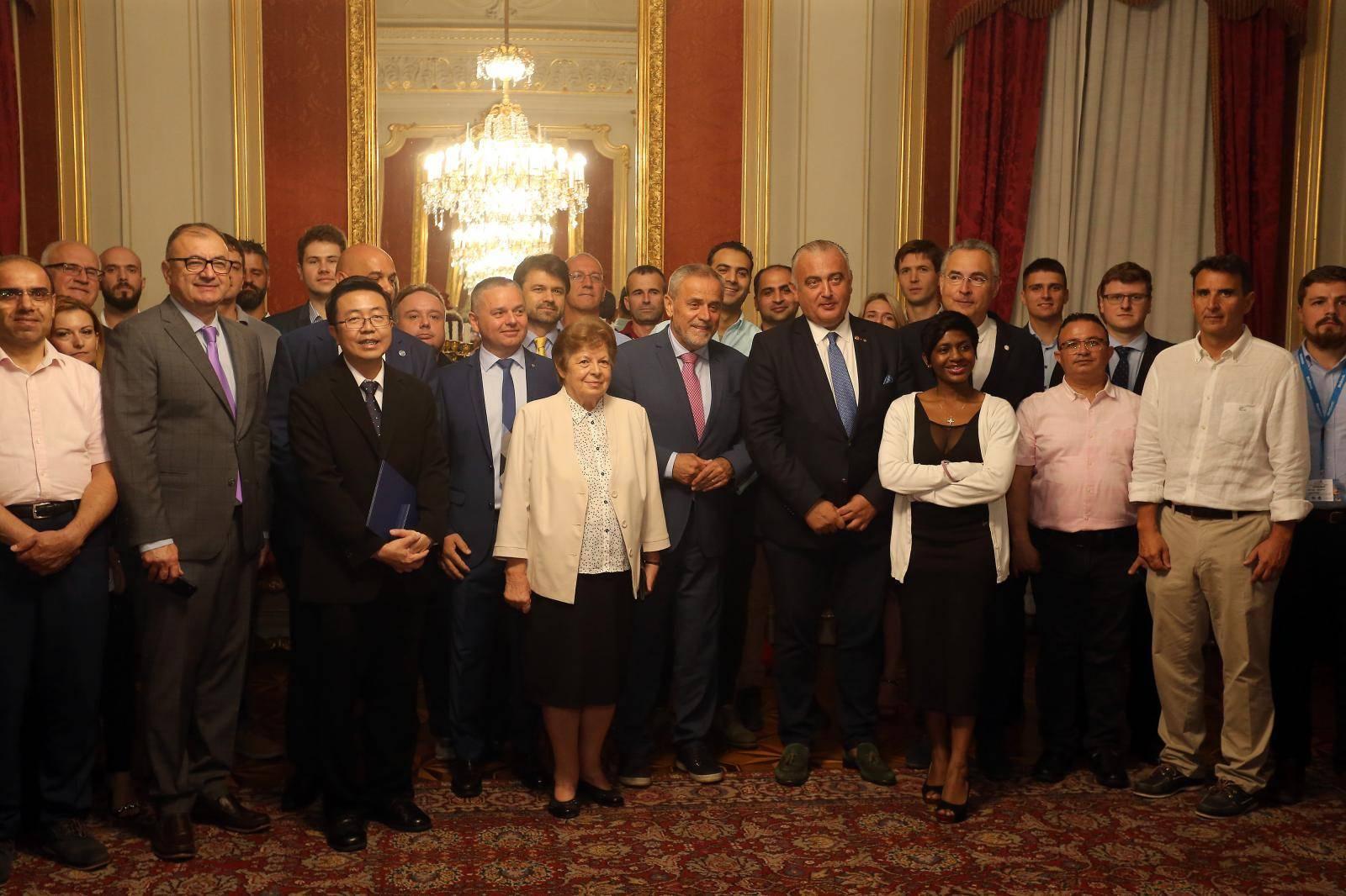 Vodeći neurokirurzi u Zagrebu kolegama dijele svoja znanja