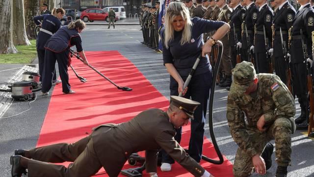 Glancaj pod, stiže predsjednik! Crveni tepih nema ni mucice...